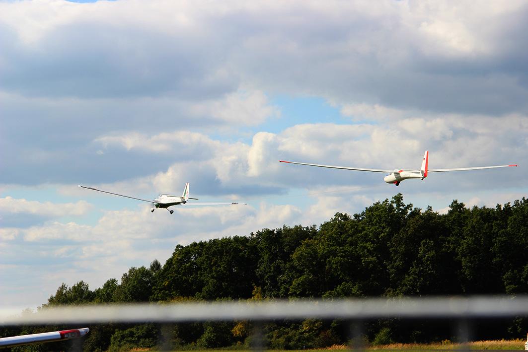 Segelflug Schleppstart unserer ASK21 hinter unserem Scheibe SF25C